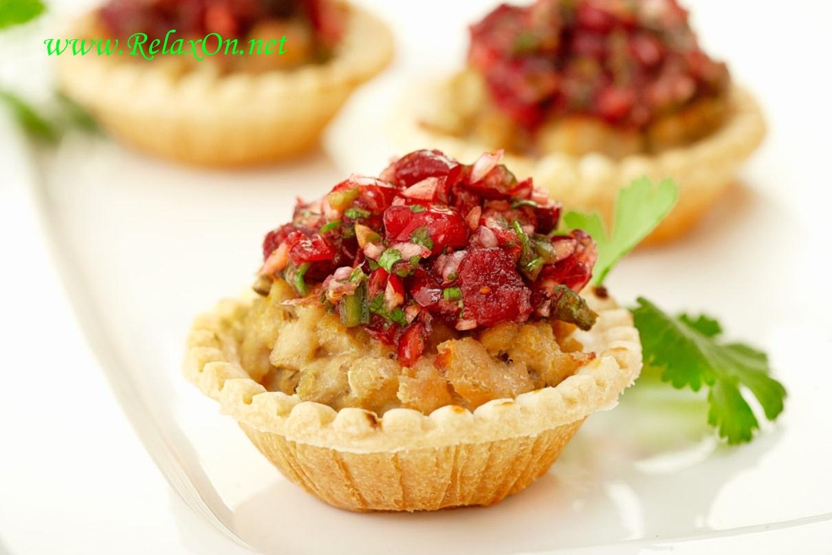 Куриный салат в тарталетках с клюквенной сальсой
