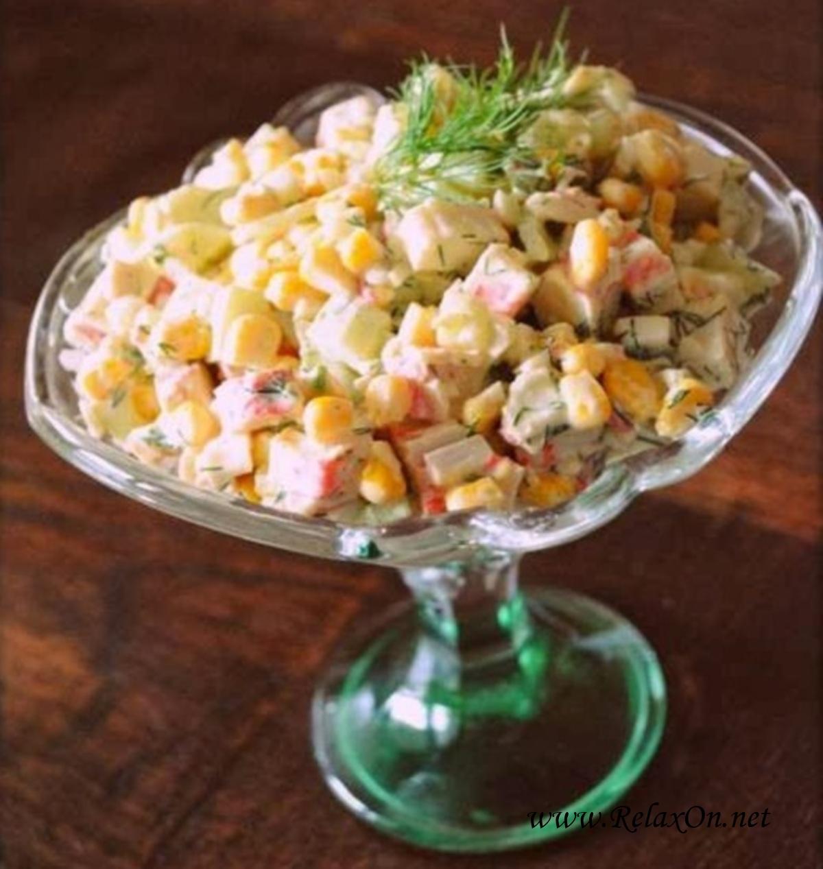 Салат из крабовых палочек с кукурузой и огурцом с фото